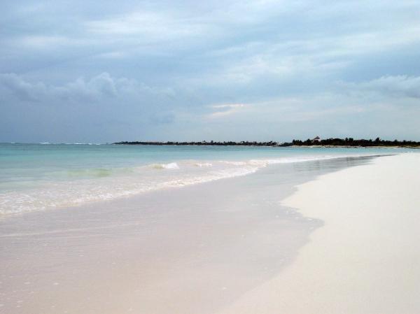 Für ungefähr 2 Euro - glaube ich - kann man sich von Playa de Carmen aus an die umliegenden Strände fahren lassen...