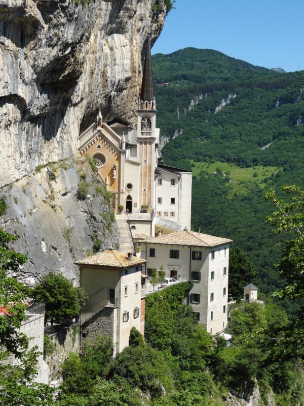Eine Kirche in den Fels gehauen
