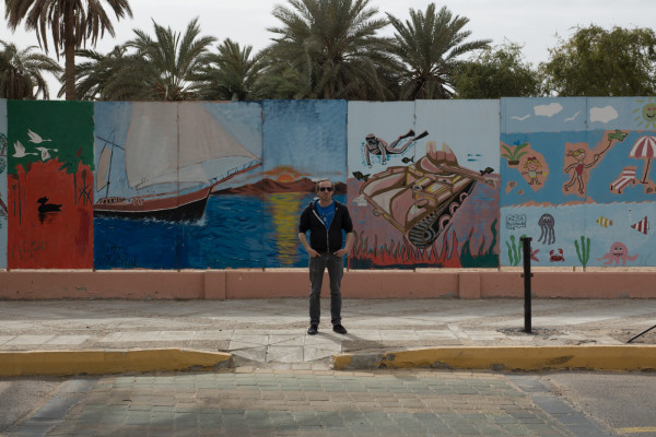 Akaba Farbige Wand mit Panzer